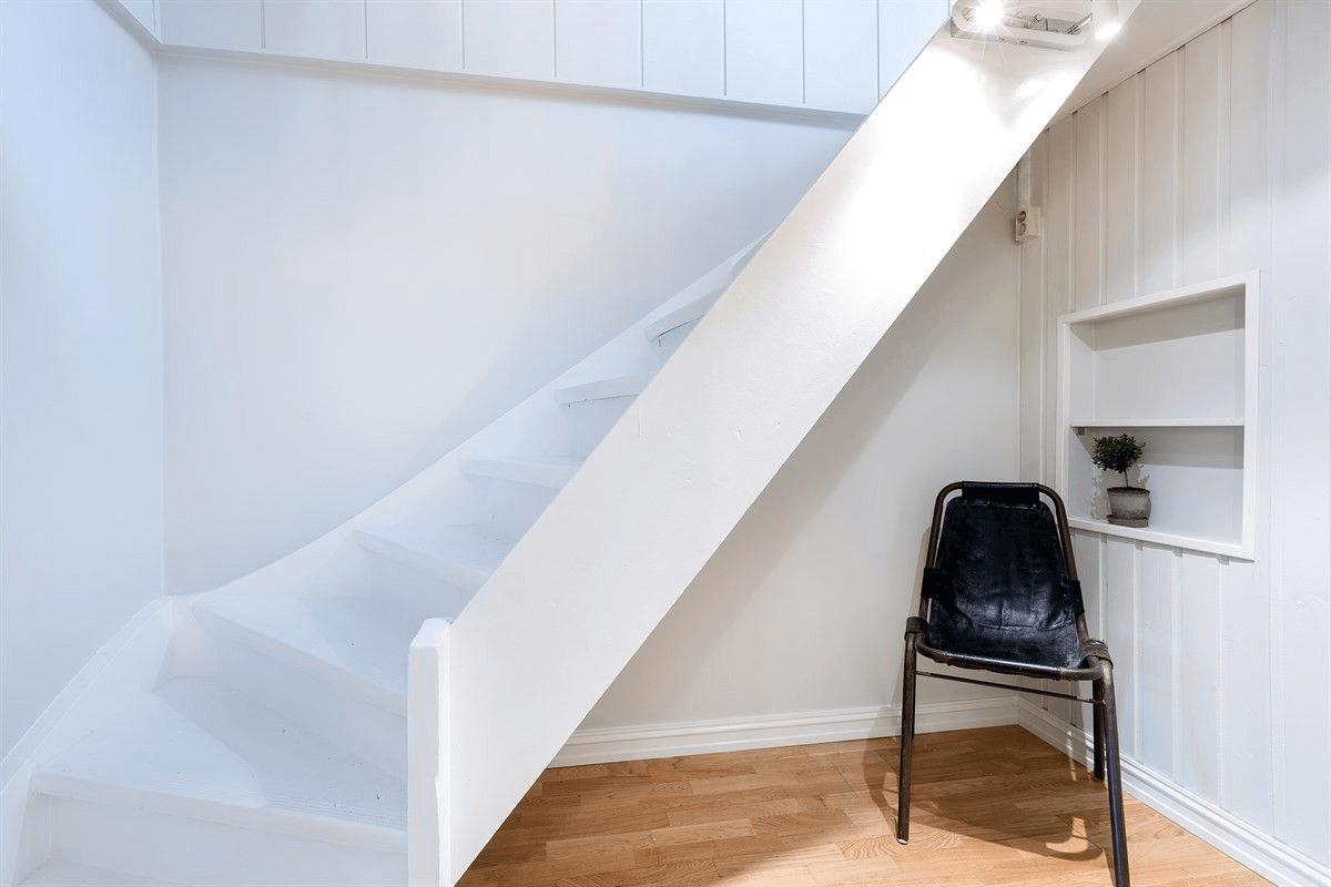 nymalt trapp og sparklede vegger – Hosle